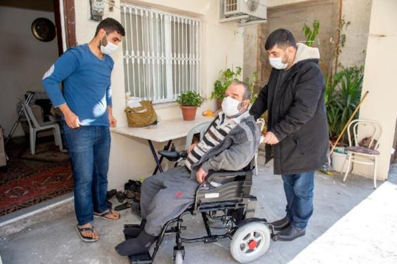 Seyhan'da tekerlekli sandalye dağıtımı sürüyor