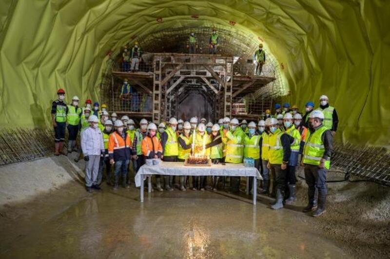 Tunç Soyer, metro şantiyesindeki işçilerin yeni yılını kutladı