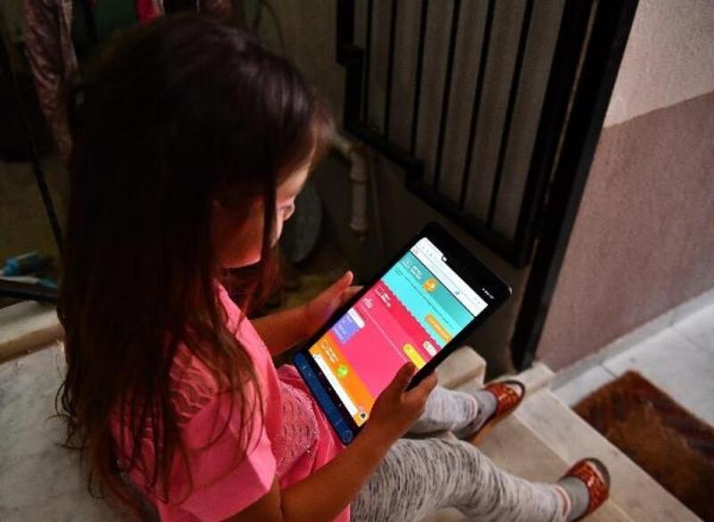 İzmir Büyükşehir Belediyesi'nden öğrencilere tablet desteği
