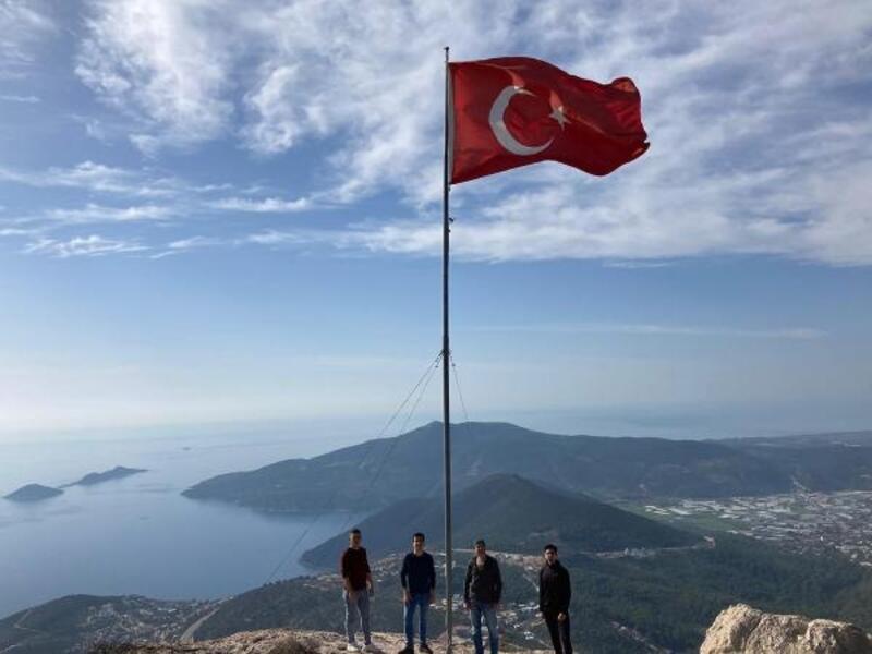 Turistik bölgedeki tepeye dev bayrak