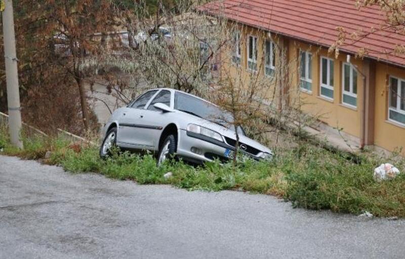 Kontrolden çıkan otomobil bahçeye düşmeden durdu