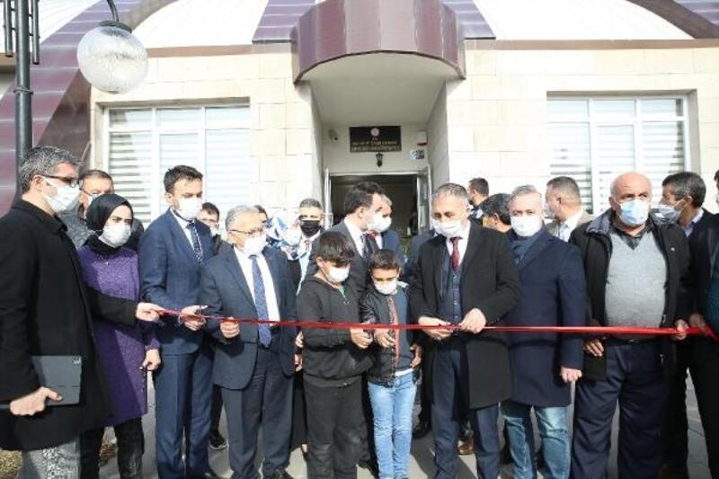 Başkan Büyükkılıç, Sarız'da muhtarları dinledi, kütüphane açtı