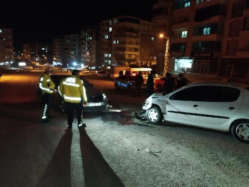 Besni'de iki otomobil çarpıştı: 3 yaralı