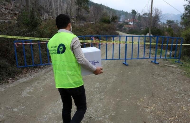 Serik'te karantinadaki mahalleye gıda yardımı yapıldı