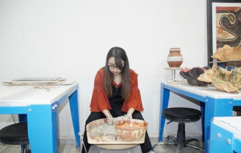 Genç kadın parmaklarındaki engeli el sanatlarıyla aştı