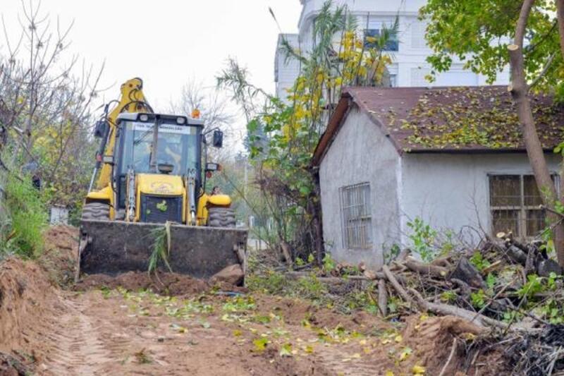 Kızıltoprak'ta yol genişletme çalışması