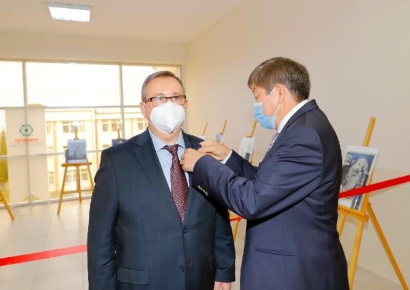 TÜRKSOY'dan, TÜ Rektörü Prof. Dr. Tabakoğlu'na 'Abay Nişanı'