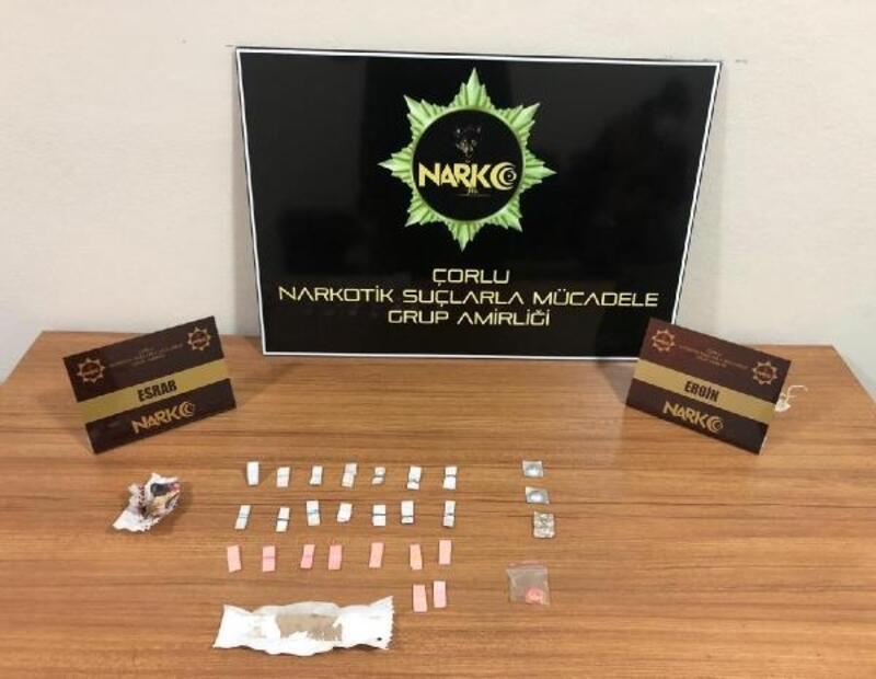 Otomobilde uyuşturucularla yakalanan 2 kişi gözaltında