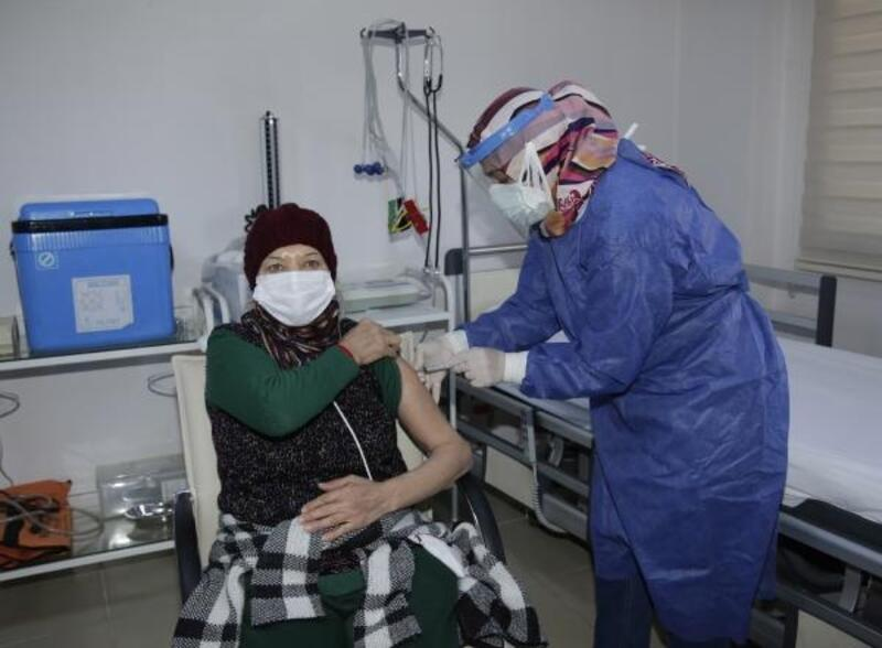 Huzurevi sakinlerine CoronaVac aşıları yapıldı
