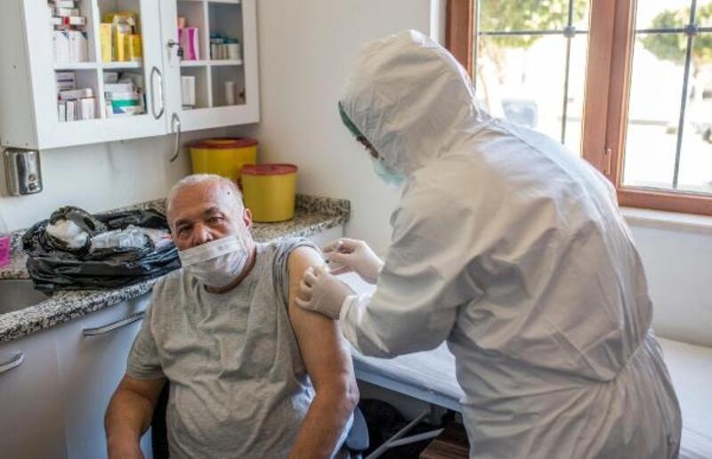 Kepez'in huzurevi sakinlerine Covid-19 aşısı
