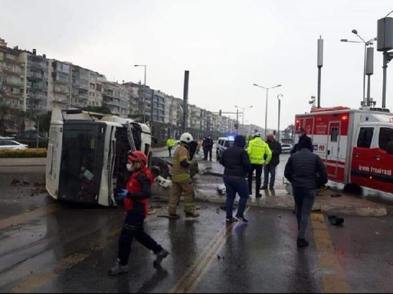 İzmir'de hafriyat kamyonu devrildi, sürücü yara almadan kurtuldu