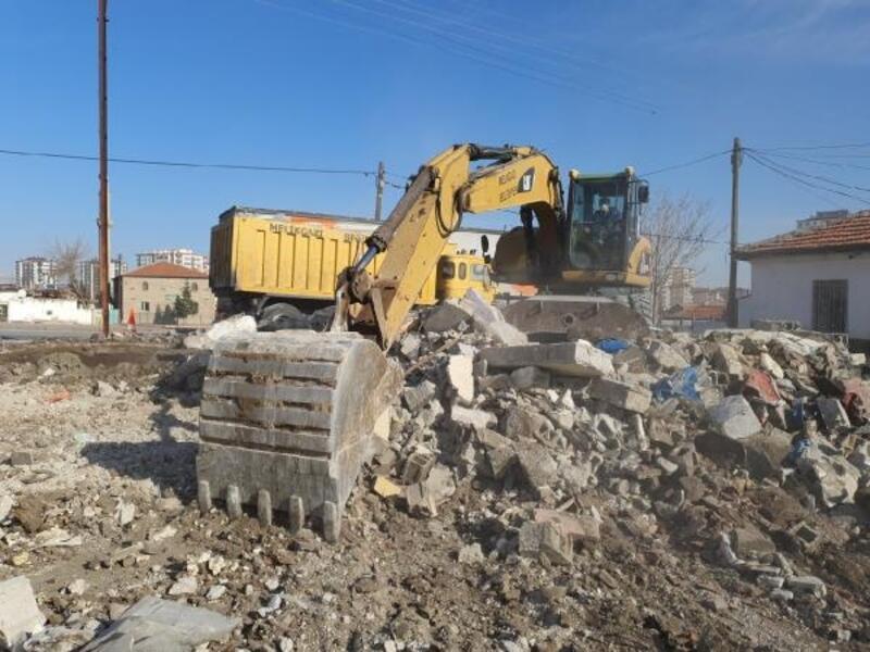 Melikgazi'de metruk binaların yıkımı devam ediyor