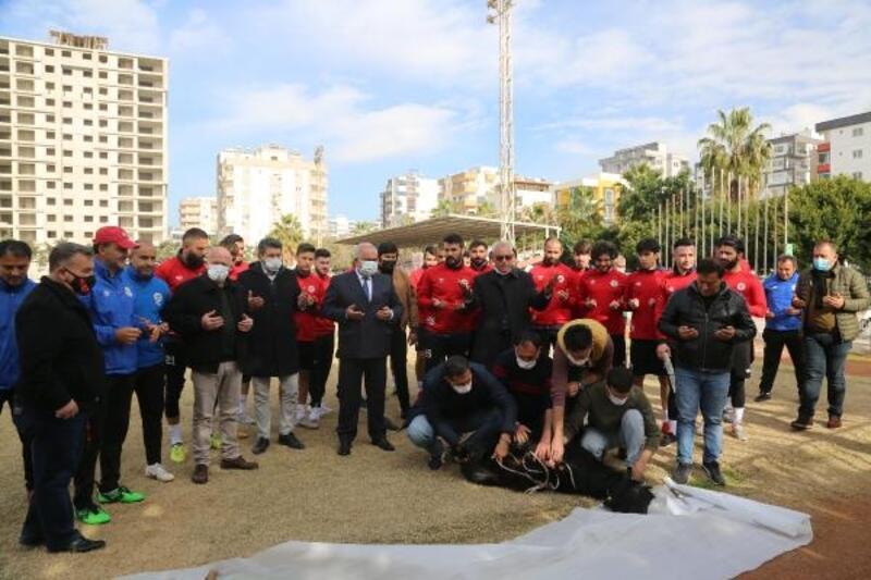 Futbolcular kurban kesti, virüssüz sezon için dua etti