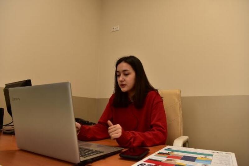 17 yaşındaki Şevval velilere dijital seminer veriyor