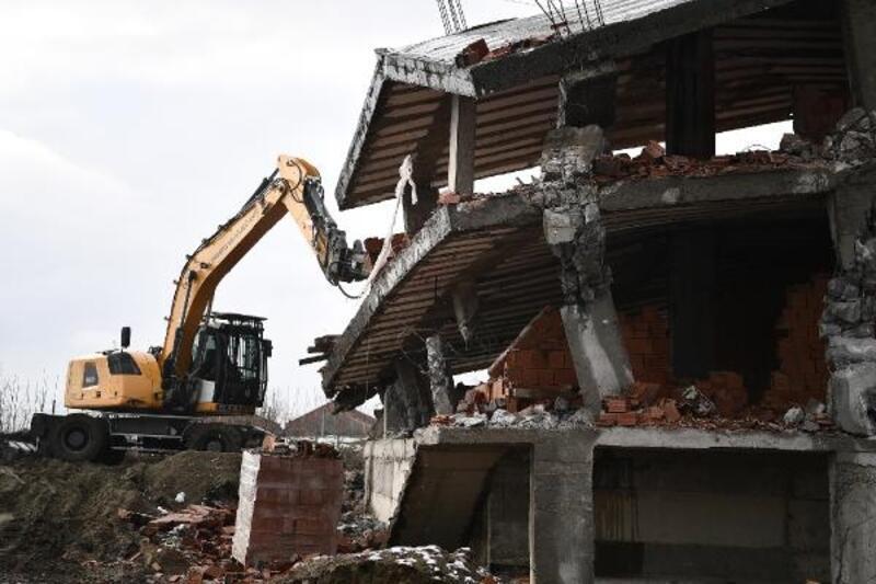 Osmangazi Belediyesi ekipleri tarım arazisine inşa edilmeye çalışılan binayı yıktı