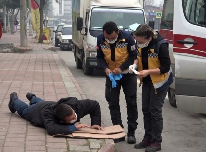 Kaldırımda krize giren genç ambulansla hastaneye kaldırıldı