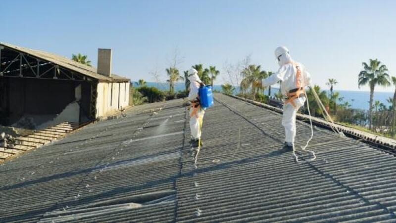 Yıkılacak binadan 20 ton asbestli malzeme söküldü