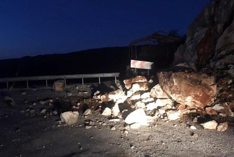 Demre'de yola kayalar düştü