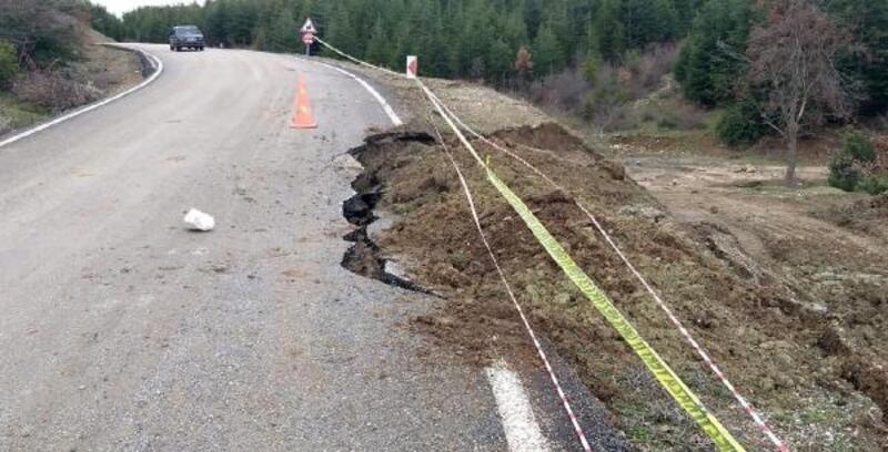 Eğirdir'de heyelan nedeniyle yol çöktü