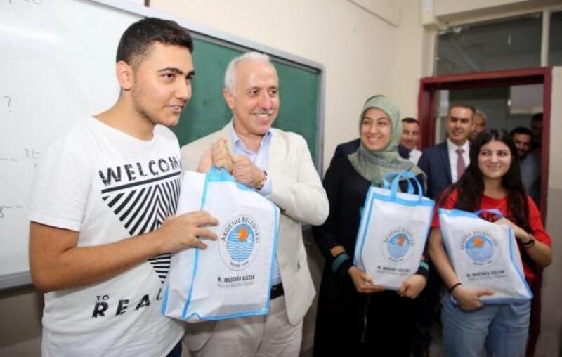 Akdeniz Belediyesi Eğitim Akademisi'nden öğrencilere destek