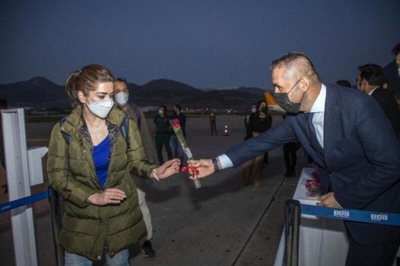 İranlı yolcular güllerle karşılandı