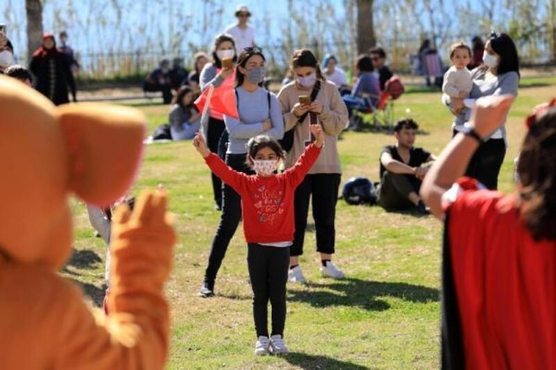 Park ve meydanlar çocuk sesleri ile şenlendi