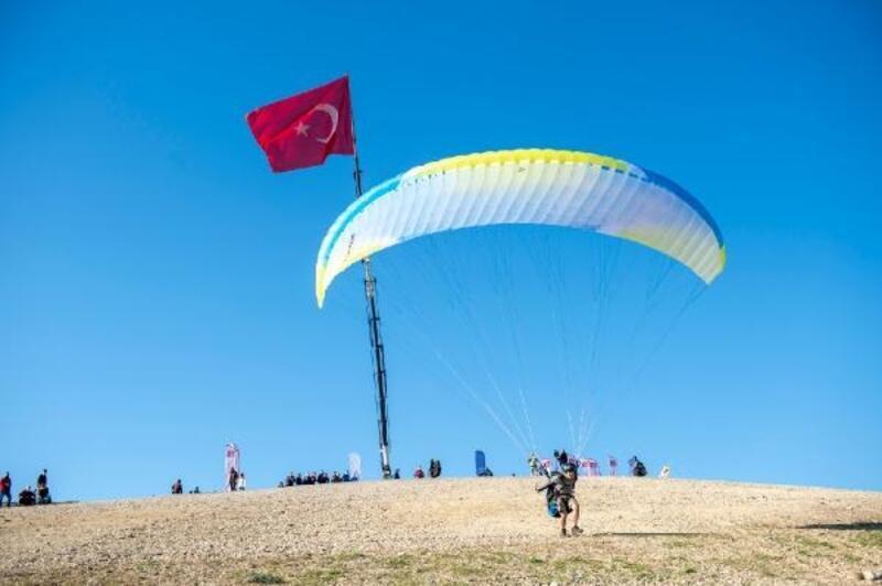 Adana semaları, yamaç paraşütleriyle renklendi