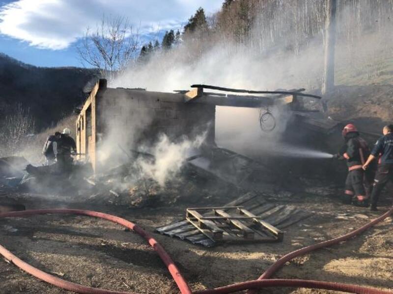 Ahır, samanlık ve ardiyenin bulunduğu tek katlı bina yanarak kül oldu