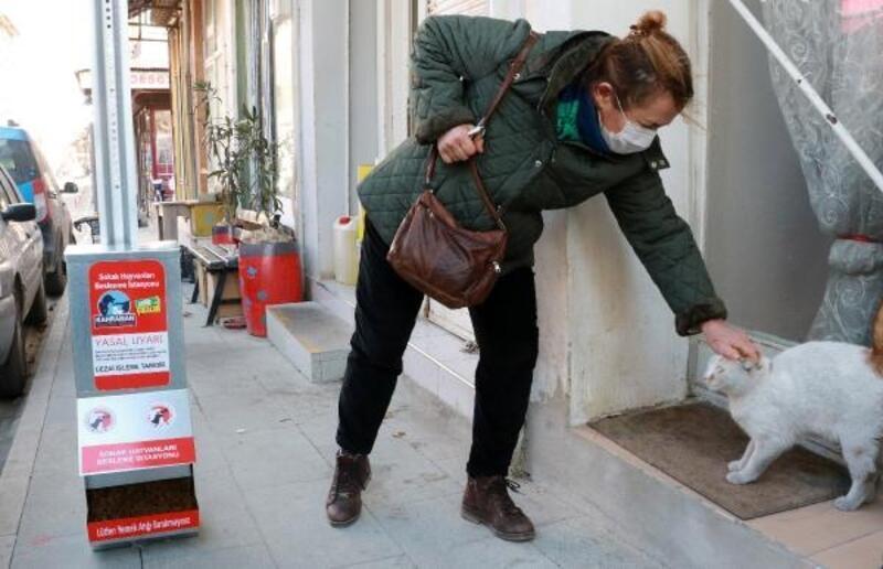 Burdur'da sokak hayvanları için mamamatik yerleştirdi