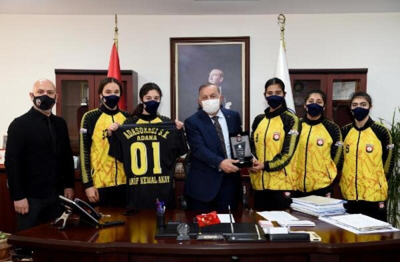 Başkan Akay'dan genç sporculara destek
