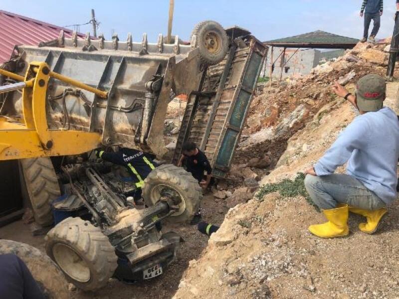 Devrilen traktörün altında kalıp yaralandı