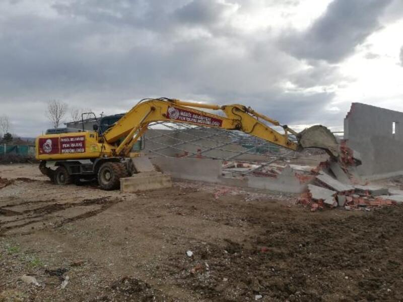 İnegöl Belediyesi ekipleri çevre yolundaki kaçak yapıyı yıktı