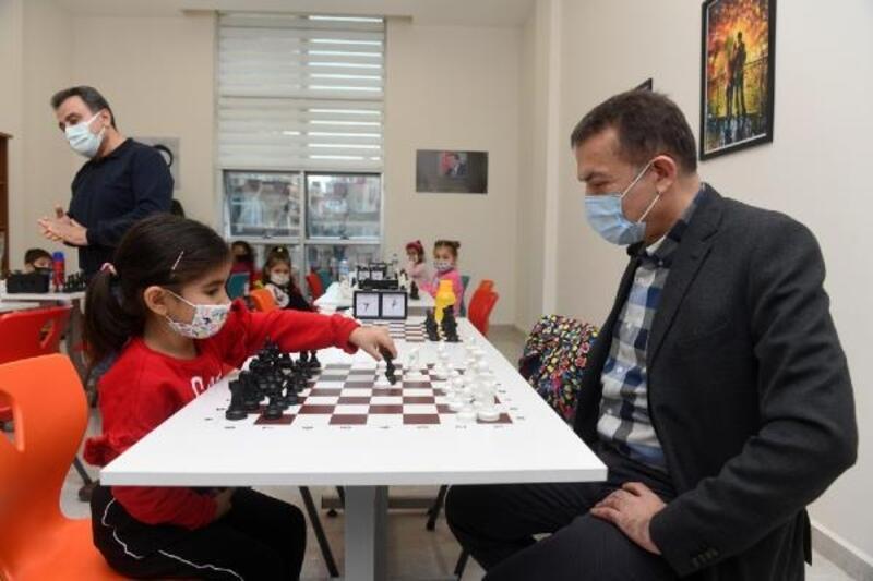 Yenişehir'de minikler satranç öğreniyor