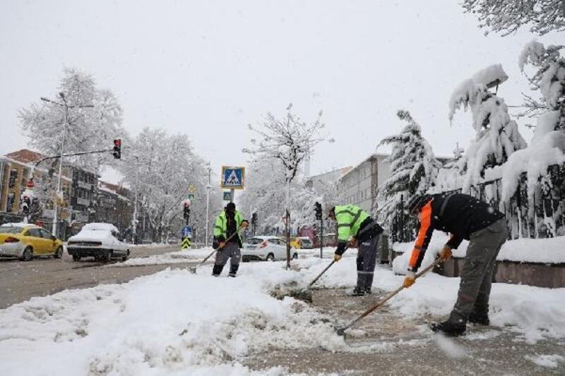 İnegöl Belediyesi ekipleri kaldırımları temizliyor