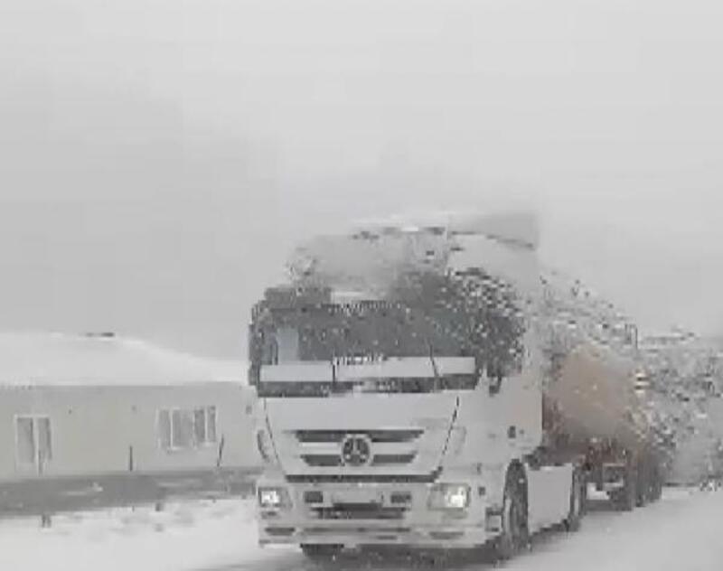 Yoğun kar yağışı nedeniyle sürücüler zor anlar yaşıyor