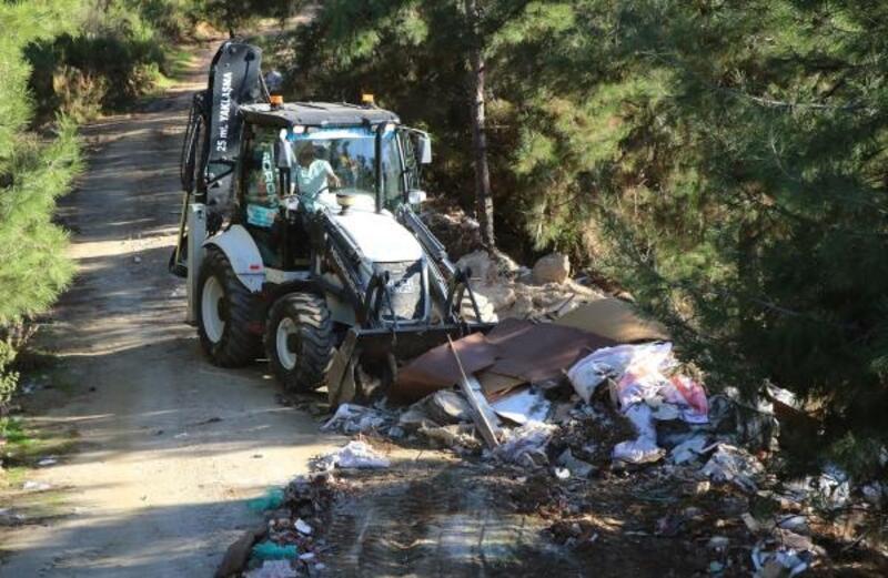 Alanya Belediyesi ormanda moloz temizledi