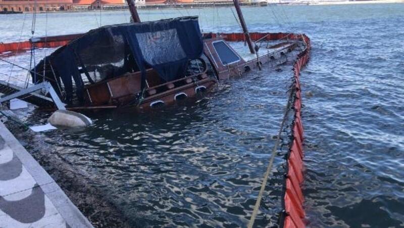 İzmir'de şiddetli rüzgar yaşamı olumsuz etkiledi