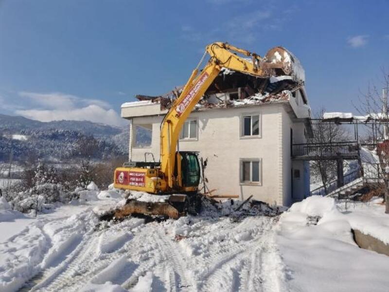 İnegöl Belediyesi, bir binanın kaçak yapılan katını yıktı