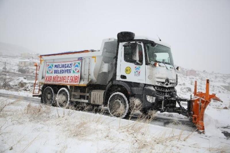 Melikgazi'de karla mücadele sürüyor