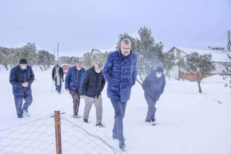 Karacabey Belediyesi ekipleri, kar nedeniyle yoğun mesai yaptı