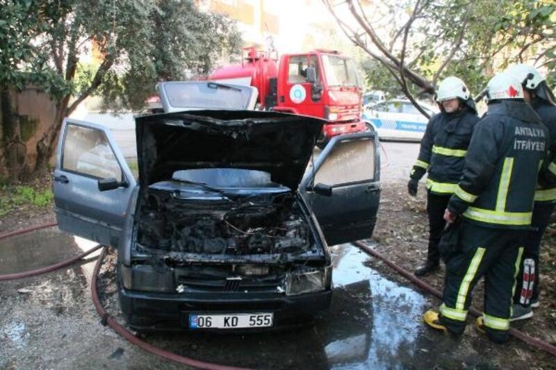 İşe gitmek istediği otomobili yandı