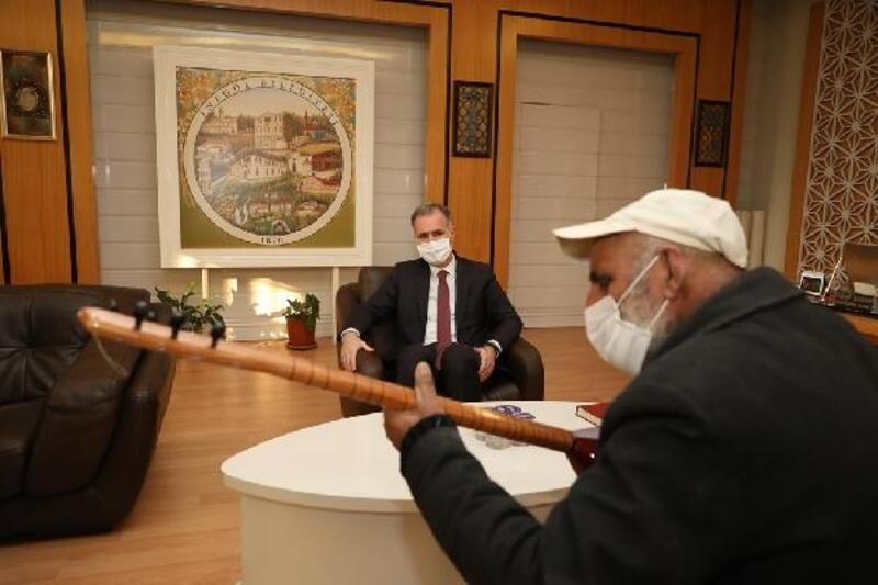 İnegöl Belediye Başkanı Taban, Rıdvan Amaca'ya saz hediye etti