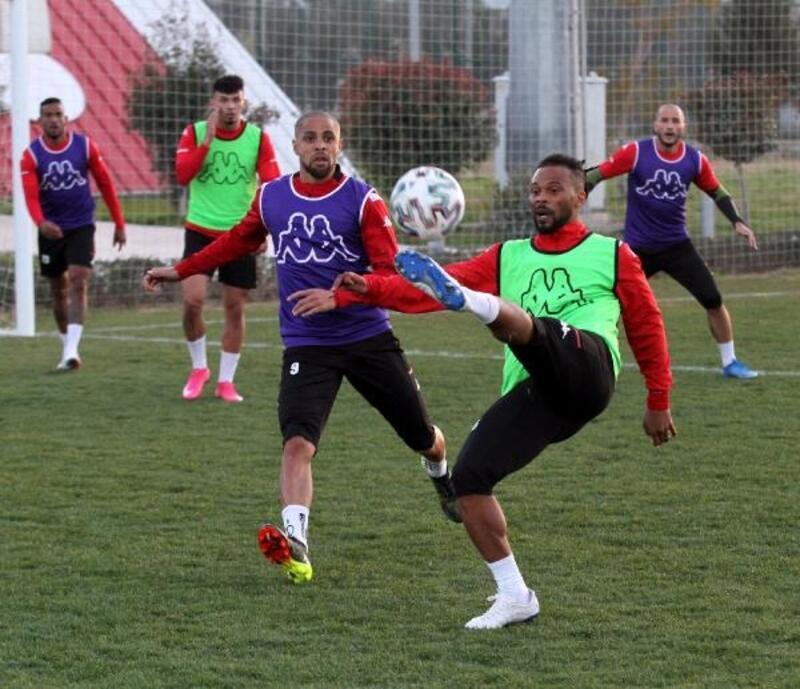 Antalyaspor'da Ufuk sakat, Hakan cezalı