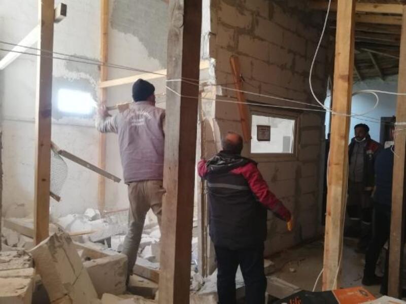 İnegöl Belediyesi, çatı arasındaki kaçak katı yıktı