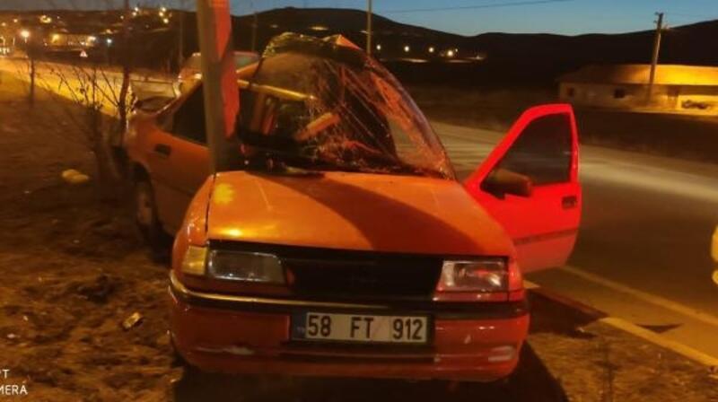 Otomobil aydınlatma direğine çarptı, sürücü yaralandı