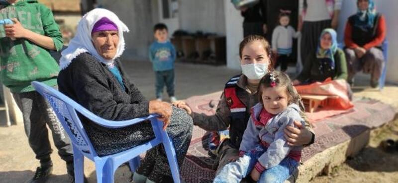 Jandarma ekiplerinden köyde yalnız yaşayanlara ziyaret