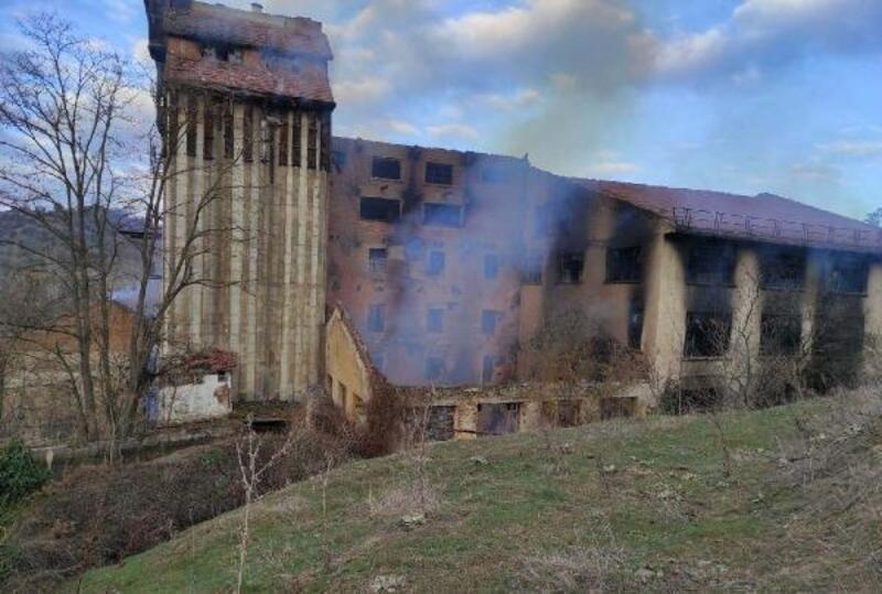 Eski un fabrikasında çıkan yangını itfaiye söndürdü