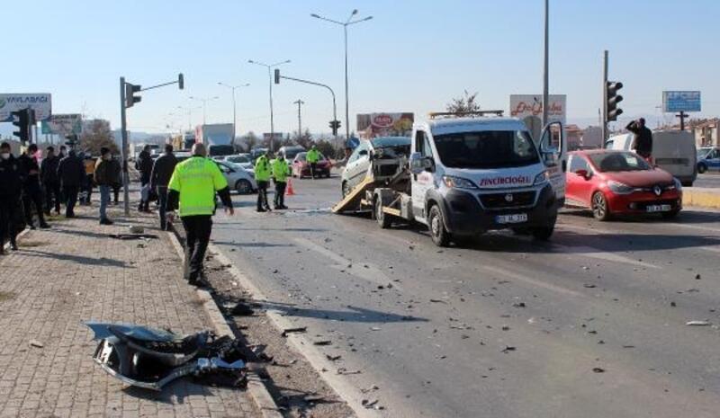 Afyonkarahisar'da 3 aracın karıştığı kazada 4 kişi yaralandı