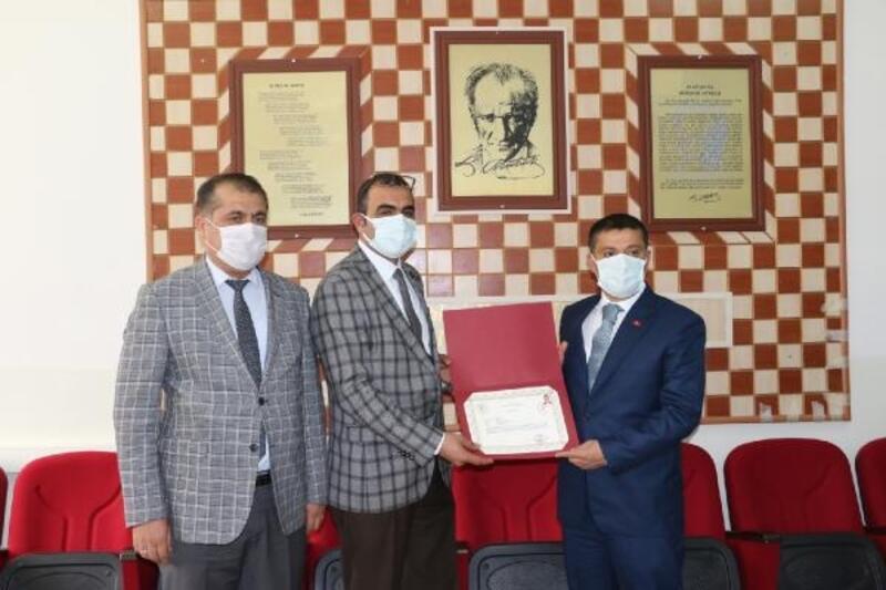 Erciş Kaymakamından dezenfektan üreten okula başarı belgesi