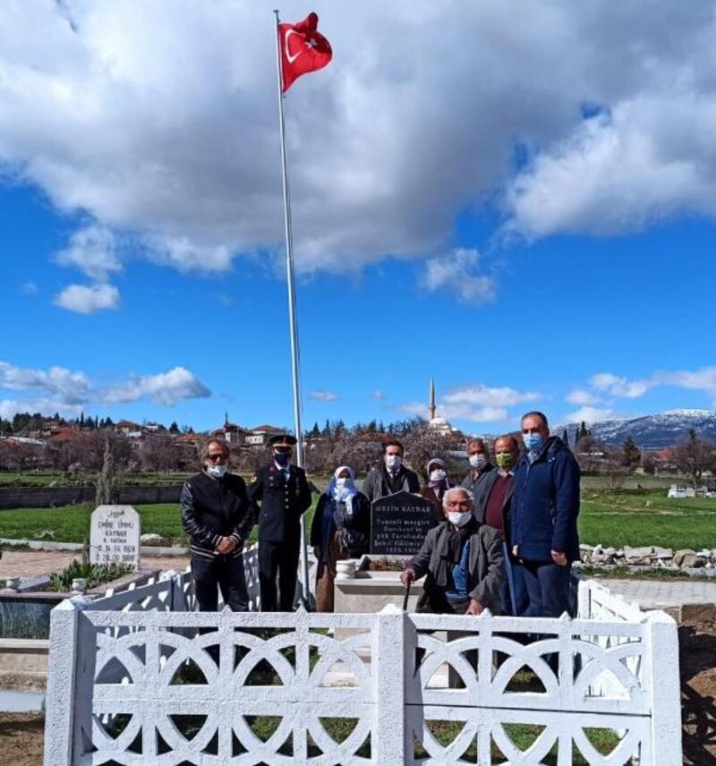 Jandarma, şehit öğretmenin mezarını yeniledi